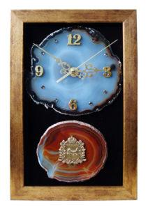 Часы на срезе агата в багетной рамке и камнем с металлическим стикером