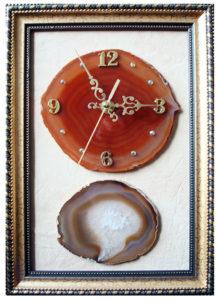 Часы на срезе агата в багетной рамке с камнем