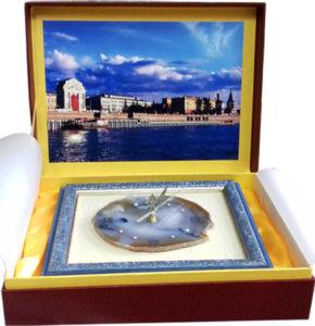 Часы на срезе агата в кожаной коробке и изображением на крышке