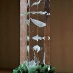 """Кристалл """"Эндемики Байкала"""" на подставке с камнями"""